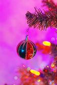 świąteczne dekoracje na drzewie — Zdjęcie stockowe