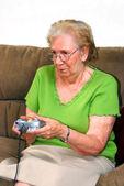 Mormor spelar videospel — Stockfoto