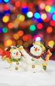 Dois boneco de neve com luzes de natal no fundo — Foto Stock