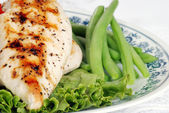 Macro grilled chicken with lettuce and green beans — Stock Photo