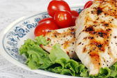 Macro grilled chicken with lettuce and tomatoes — Stock Photo