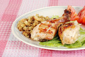 Barbecue chicken drumsticks with stuffing and vegetables — Stock Photo