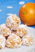 Ciasteczka pomarańczowe śnieżki z owoców w tle — Zdjęcie stockowe