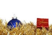 Czerwony prezent niebieski ornament — Zdjęcie stockowe
