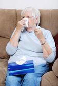 Donna malata senior, soffiando il naso — Foto Stock