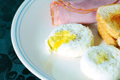 Poached Eggs with Ham and toast — Stock Photo