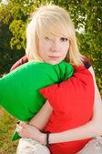 Yaz parkta bir genç kız portresi — Stok fotoğraf