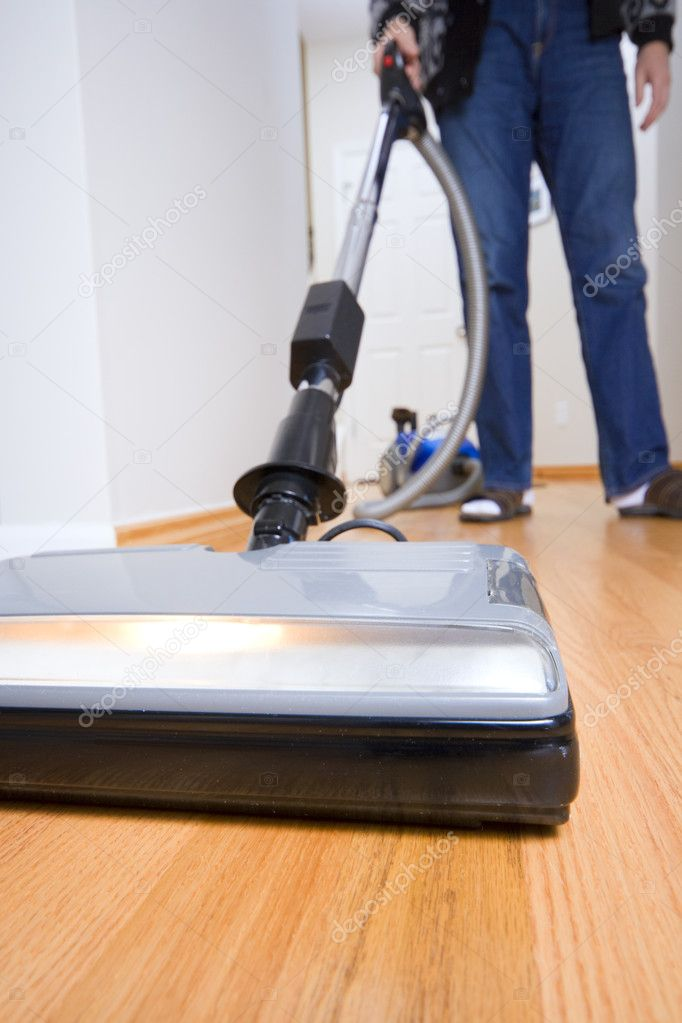Cleaning chores: vacuuming hardwood floor. Wide angle. — Stok fotoğraf #2755273