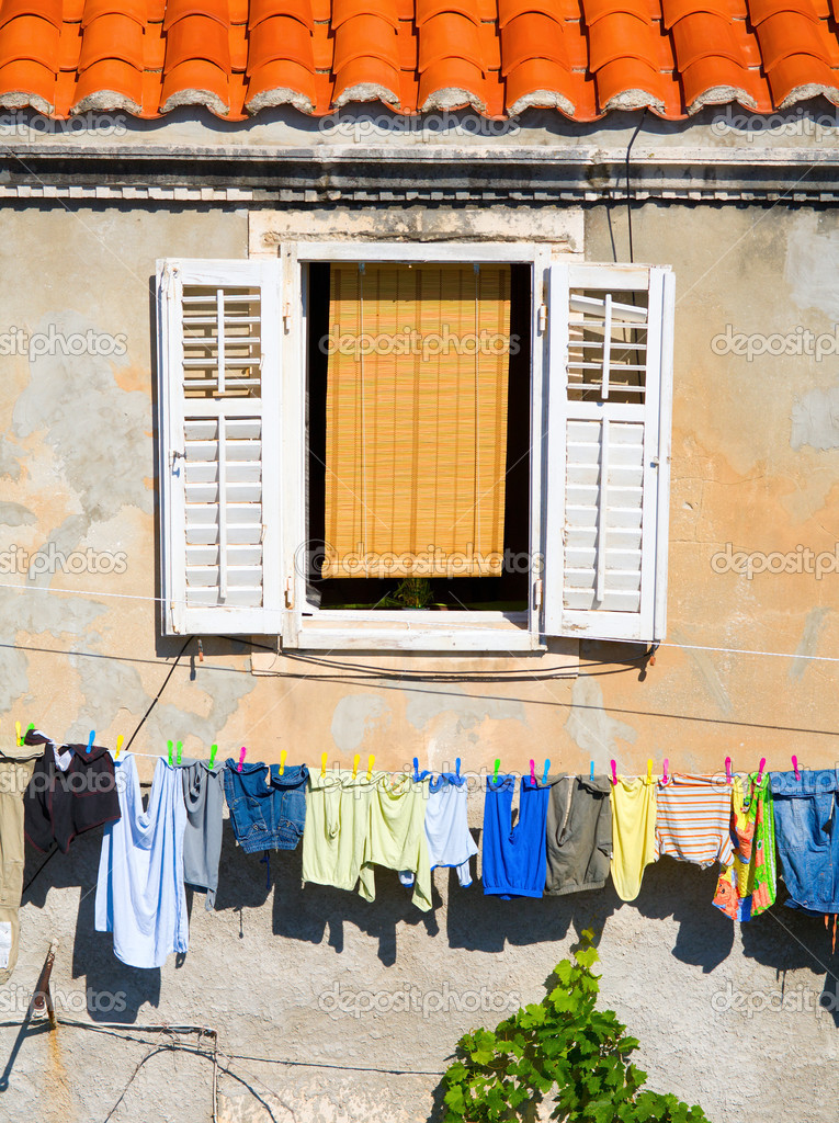 Fragment of a residential house in Dubrovnik, Croatia with laundry drying on a clothesline — Stock Photo #3256994