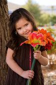 çiçek taşıyan küçük kız — Stok fotoğraf