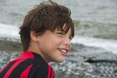 Pojken mot havet — Stockfoto