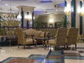 沙发和扶手椅在一个大厅里 — 图库照片