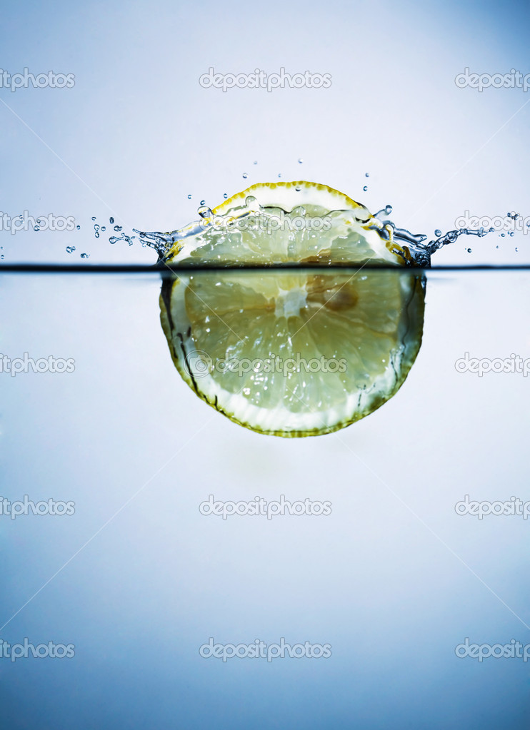Lemon in water — Stock Photo #2833473