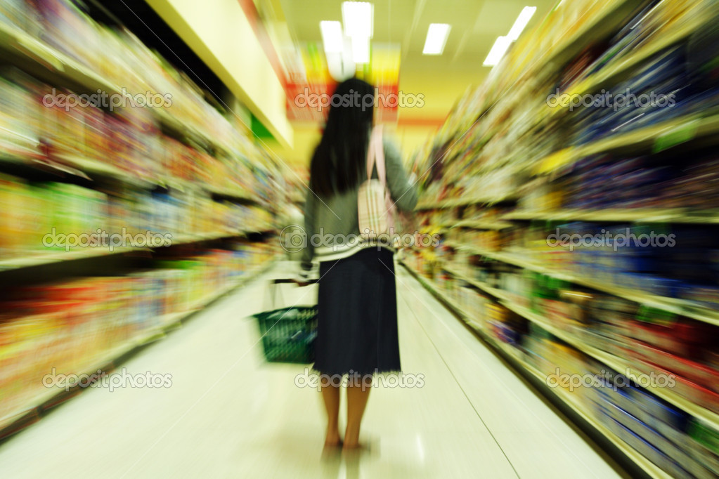 A woman shopping in a grocery store — Stock Photo #3721836