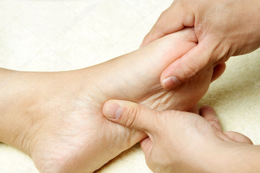 A masseuse massaging the foot of a woman — Stock Photo #3889580