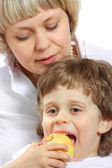 Vrouw en jongen eten apple — Stockfoto