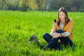 Femme sur mobile dans le parc — Photo