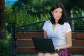 Ragazza con il portatile nel parco — Foto Stock