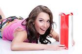 Młoda kobieta emocjonalne z torby papierowe — Zdjęcie stockowe