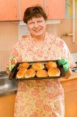 Abuela con tortas calientes aromáticos — Foto de Stock