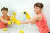 женщина моет зеркало — Стоковое фото