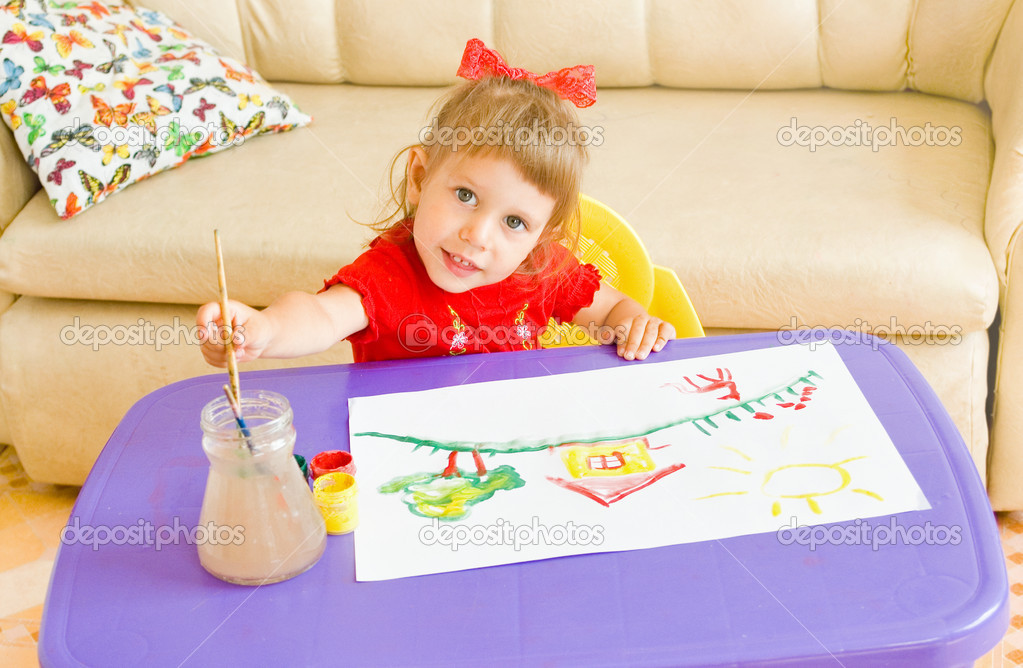 The happy girl draws paints — Stock Photo #3642331