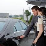 mladý muž otevírací dveře automobilu pro ženu — Stock fotografie