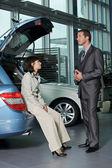 Pessoa de vendas de carro falando com cliente — Foto Stock