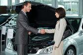 Drżenie rąk z klienta w salonie sprzedawca samochodów — Zdjęcie stockowe