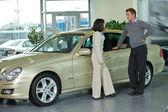 Jovem e mulher em pé, de carro e conversar — Foto Stock