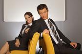 Affärsman och kvinnan sitter på stol i office — Stockfoto