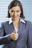 Portrait de femme d'affaires souriant montrant les pouces vers le haut — Photo