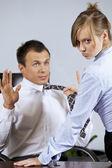 Porträtt av affärskvinna flirta med affärsman på kontor — Stockfoto