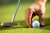 Person holding golf ball, close-up — Стоковое фото