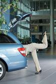 Seção baixa do feminino cliente examinando o interior do carro — Foto Stock