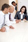 Giovane imprenditore dando un'occhiata in sala - confuso — Foto Stock