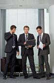 Hommes d'affaires travaillant dans le bureau — Photo