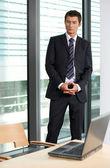 オフィスで立っている実業家 — ストック写真