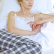 Woman relaxing in bed — Stockfoto