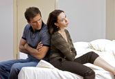 молодая пара сидя спина к спине в гостиничном номере — Стоковое фото