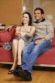 молодая пара смотрит телевизор в номере — Стоковое фото