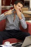 молодой человек бритья с электробритвы — Стоковое фото