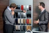 Satışçı gösteren renk örneğini müşteriye — Stok fotoğraf