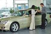 Giovane uomo e donna in piedi con la macchina e conversare — Foto Stock