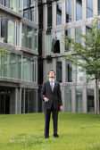 Felice giovane imprenditore caucasico buttando fuori la sua valigetta — Foto Stock