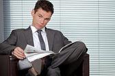 Portret przedsiębiorca przytrzymanie gazety w biurze — Zdjęcie stockowe