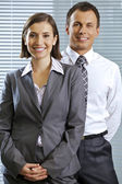 Portret uśmiechający się biznesmen i kobieta w biurze — Zdjęcie stockowe