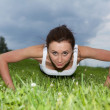 Young woman exercising in park — Foto Stock