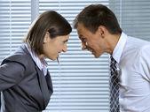 Empresário e mulher no escritório, olhando a sorrir — Foto Stock