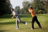ゴルフコースで楽しんでいる友人 — ストック写真